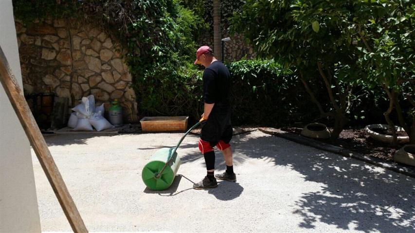 התקנת דשא סינטטי פשוט ירוק על ידי קבלן בית הפרקט והשטיח