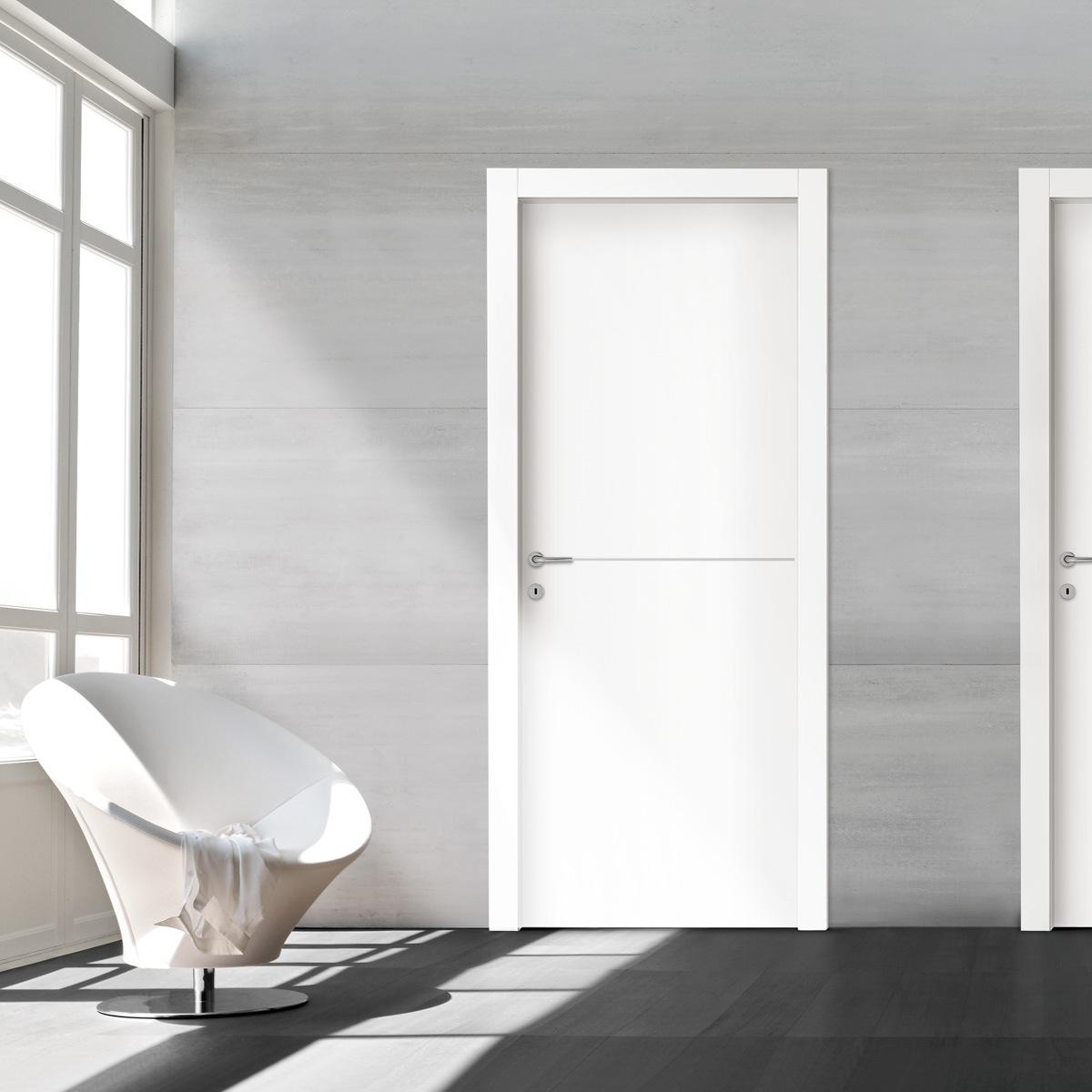 דלת ״איזי״. צבע לבן. בתוספת פס ניקל