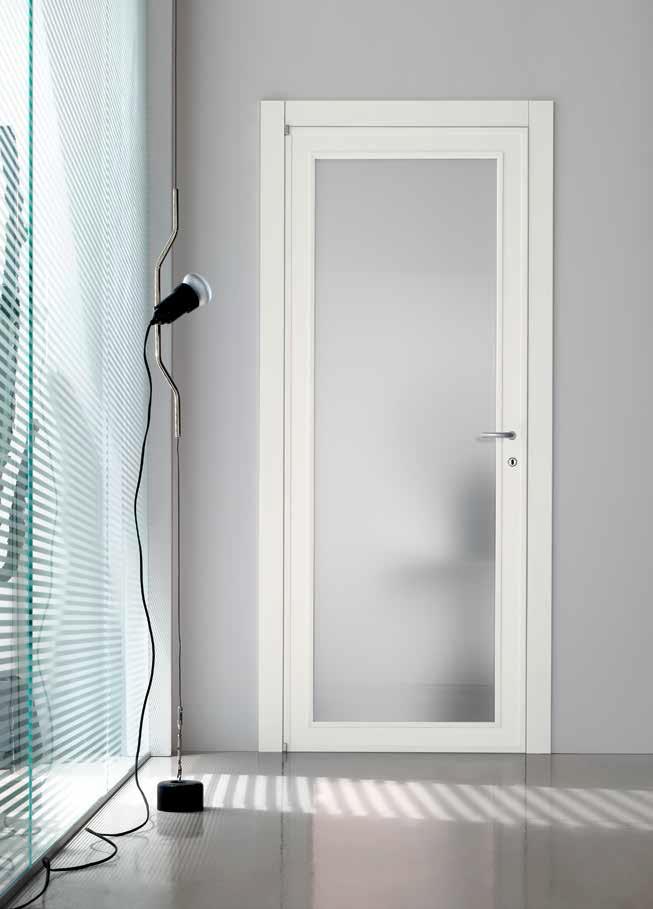 דלת לבנה עם חלון טיבולי
