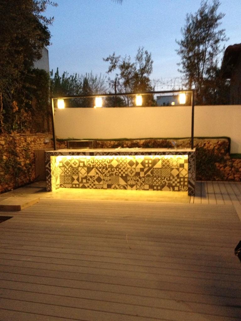 מטבח חוץ בשילוב תאורה מרהיבה מסביב למטבח, ניתן להזמין בכל מידה ובעיצוב אישי